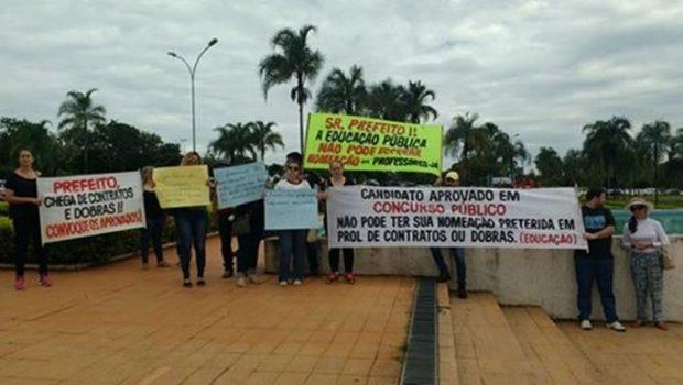 Aprovados em concurso da Prefeitura de Goiânia fazem protesto no Paço Municipal