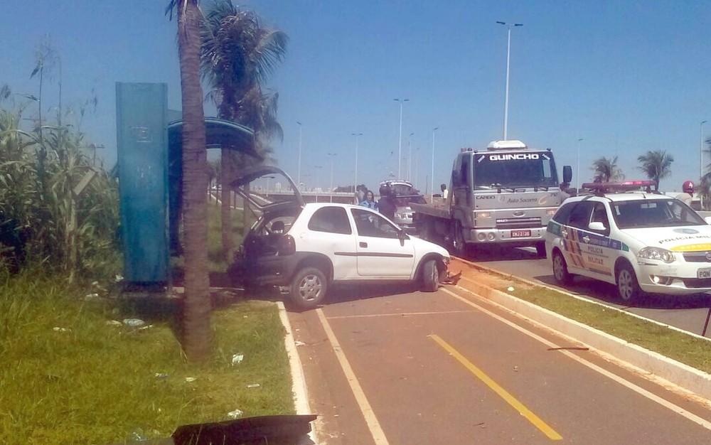 Carro capota e atinge pedestre em ponto de ônibus, na GO-020 em Goiânia