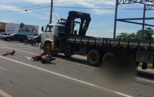 Motociclista morre após colidir na traseira de caminhão na Perimetral Norte, em Goiânia