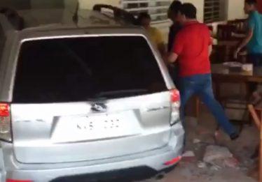 Após colisão, carro invade restaurante no Centro de Goiânia