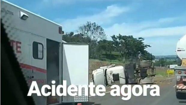 Caminhão tomba na BR-153 e deixa duas pessoas gravemente feridas