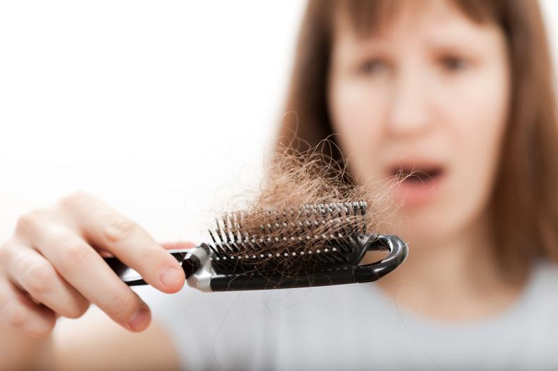Justiça manda empresa indenizar mulher que perdeu o cabelo após usar creme de alisamento