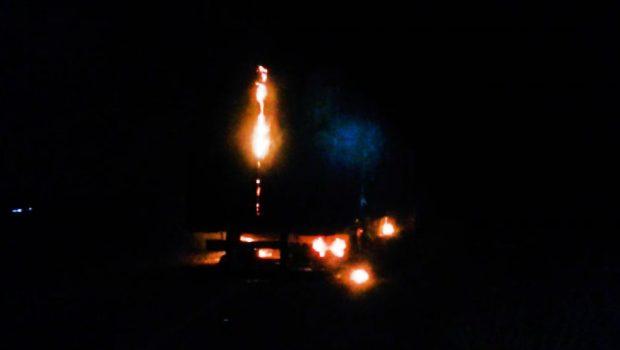 Caminhão carregado de frango pega fogo na BR-153, em Porangatu