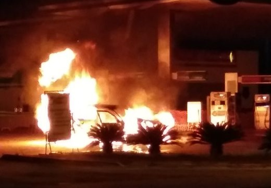 Carro pega fogo em posto de combustíveis em Aparecida de Goiânia
