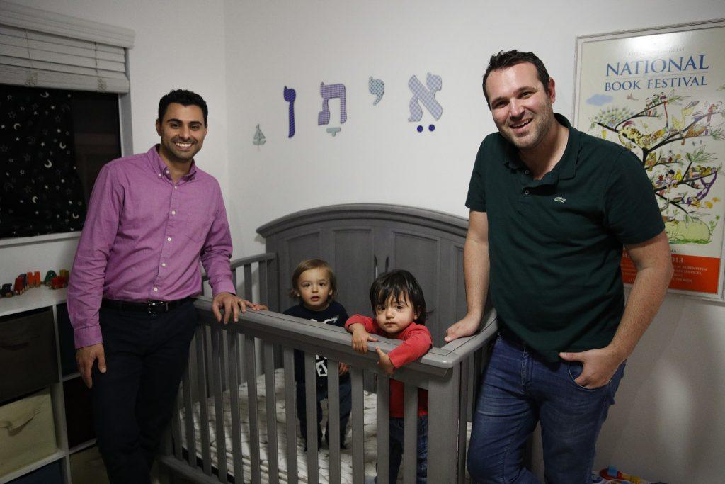 Governo dos EUA nega cidadania a um dos filhos de casal gay concebido com o DNA do pai estrangeiro