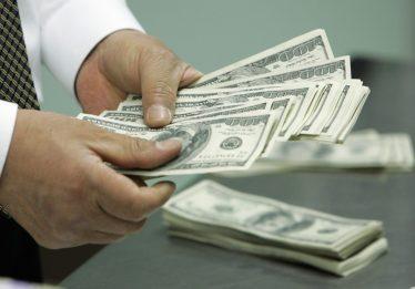 Dólar abre em queda de 0,73%, cotado a R$ 3,8526