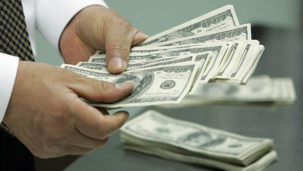 Dólar abre a semana em alta de 0,68%, cotado a R$ 3,8912