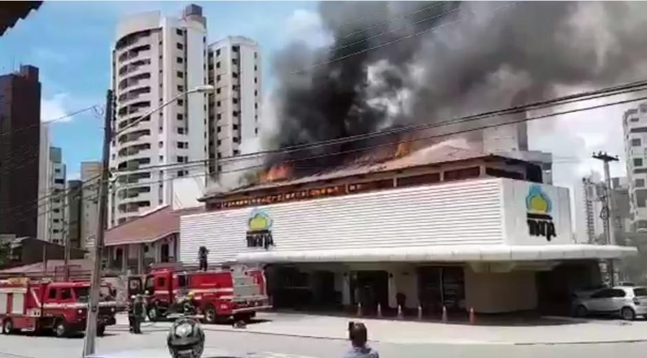 Incêndio de grandes proporções destrói instalações da Panificadora Maná, em Goiânia