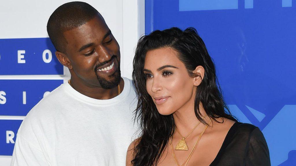 Kim Kardashian em momento de brincadeira com o filho