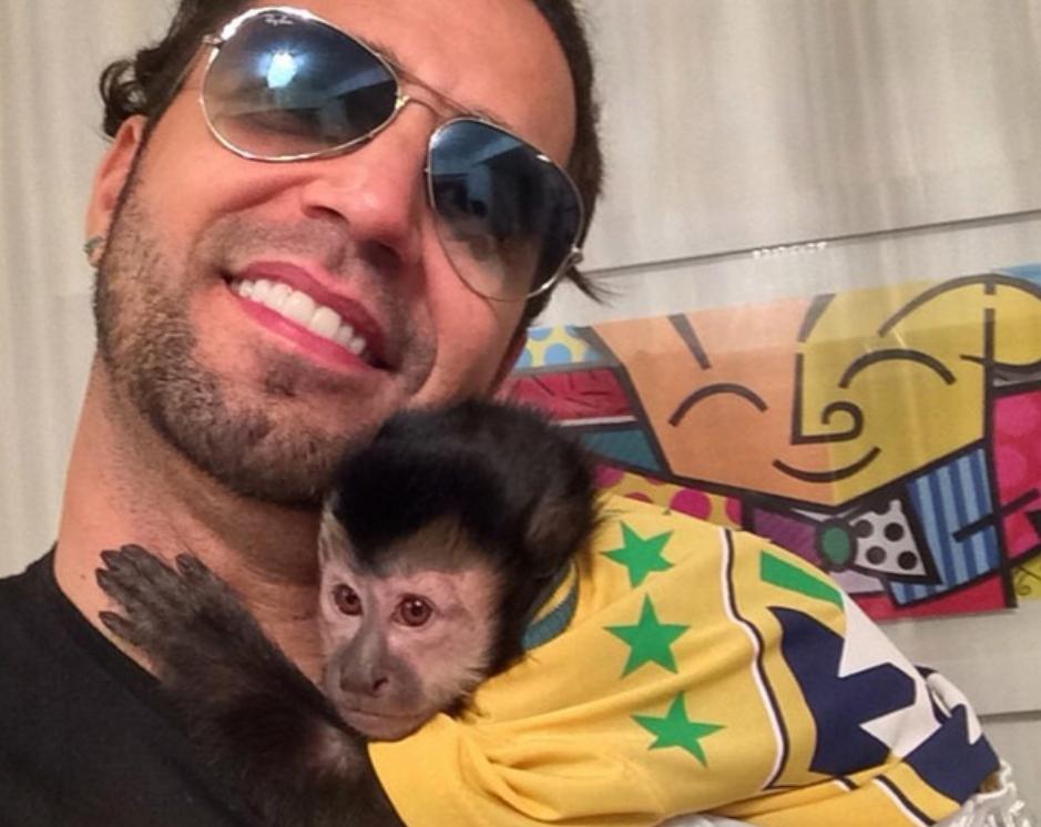 Latino faz tatuagem em homenagem a macaco de estimação