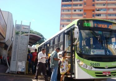 Grupo realiza manifestação contra o aumento da passagem de ônibus na Praça do Bandeirante