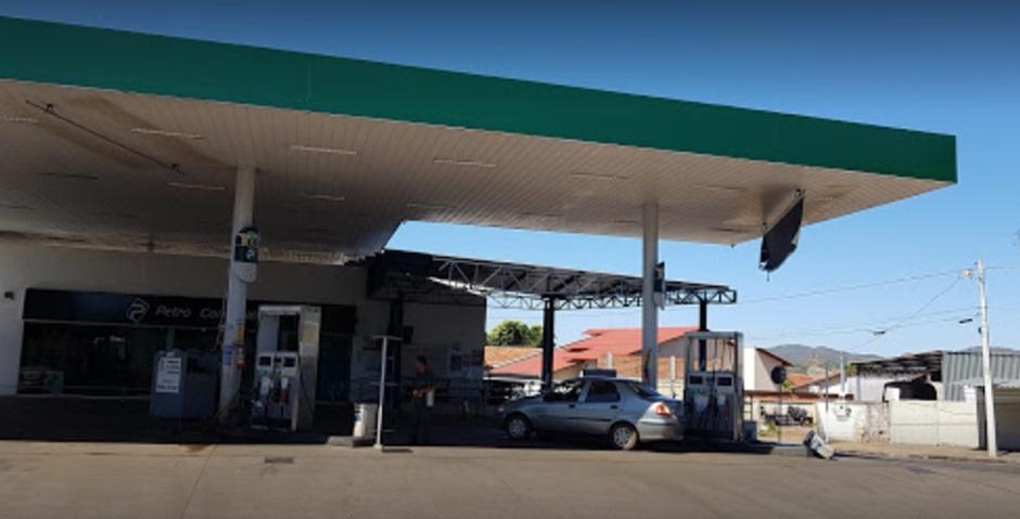 Mulher é atingida por bala perdida durante troca de tiros em posto de gasolina, em Uruaçu (GO)