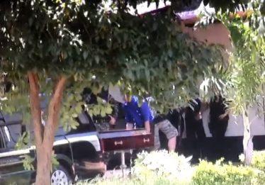 Após tumulto, corpo é autorizado a entrar no presídio para irmão se despedir, em Anápolis