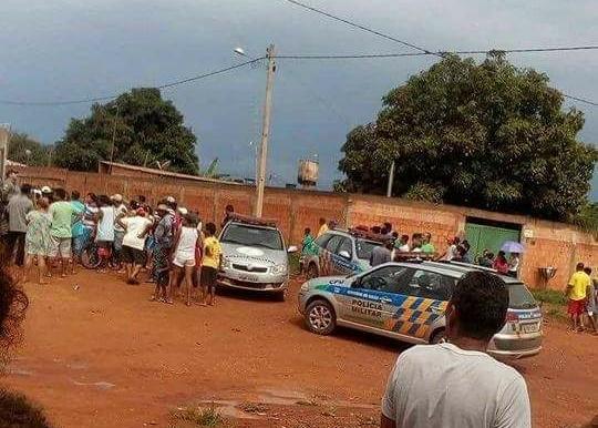 Multidão lincha suspeito de matar mulher e apedreja viaturas da PM, em Cidade Ocidental