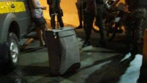 Mulher confessa que estrangulou o marido e transportou corpo em mala no Rio