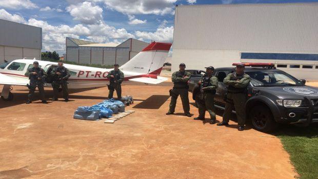 Policiais encontram pasta base de cocaína em avião