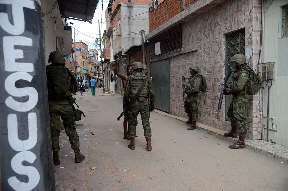 Exército 'ficha' morador de favela do Rio e impede cobertura da imprensa