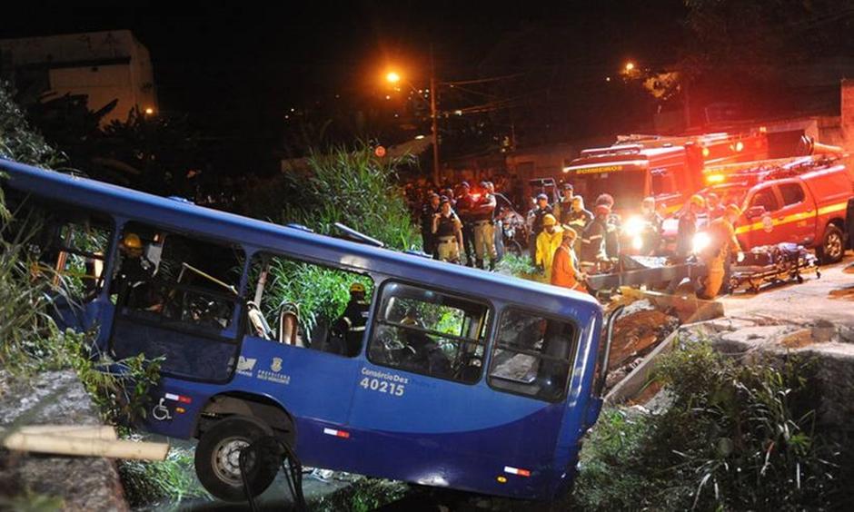 Cinco morrem e 18 ficam feridos após ônibus cair em córrego em MG