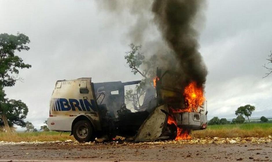 FOTOS: Assaltantes explodem carro-forte e roubam dinheiro na BR-070