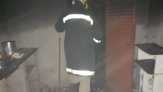 Incêndio em cozinha assusta moradores de uma residência, em Jataí