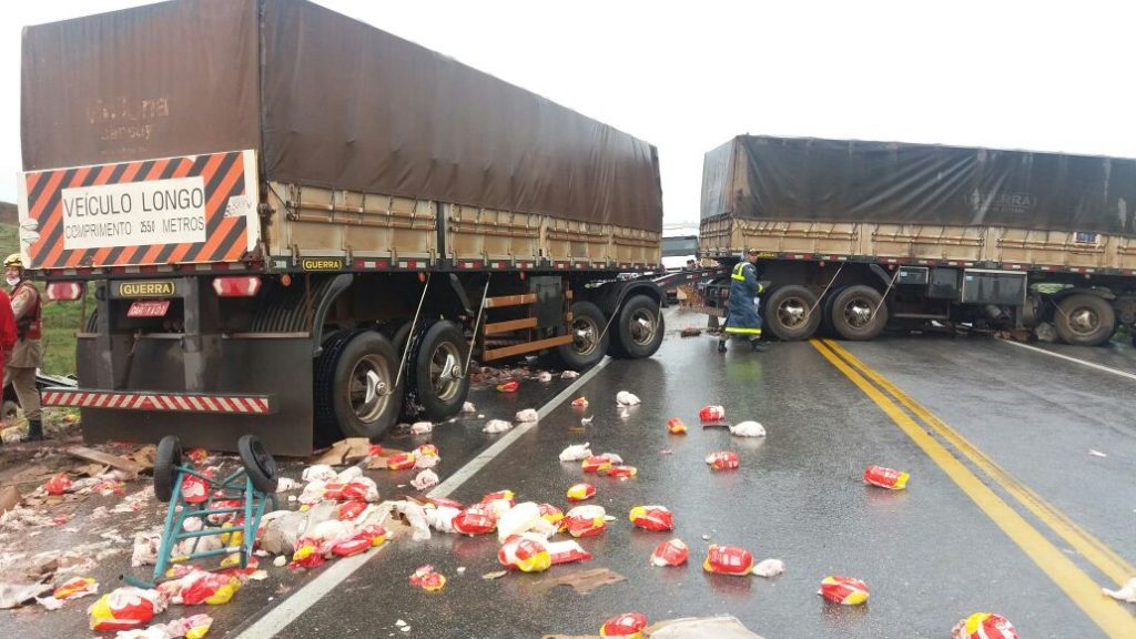 Acidente envolvendo dois caminhões deixa uma pessoa morta na BR-070, em Cocalzinho de Goiás