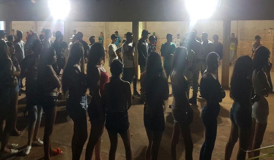 Polícia encontra 64 menores em festa regada a álcool e drogas em Goianira