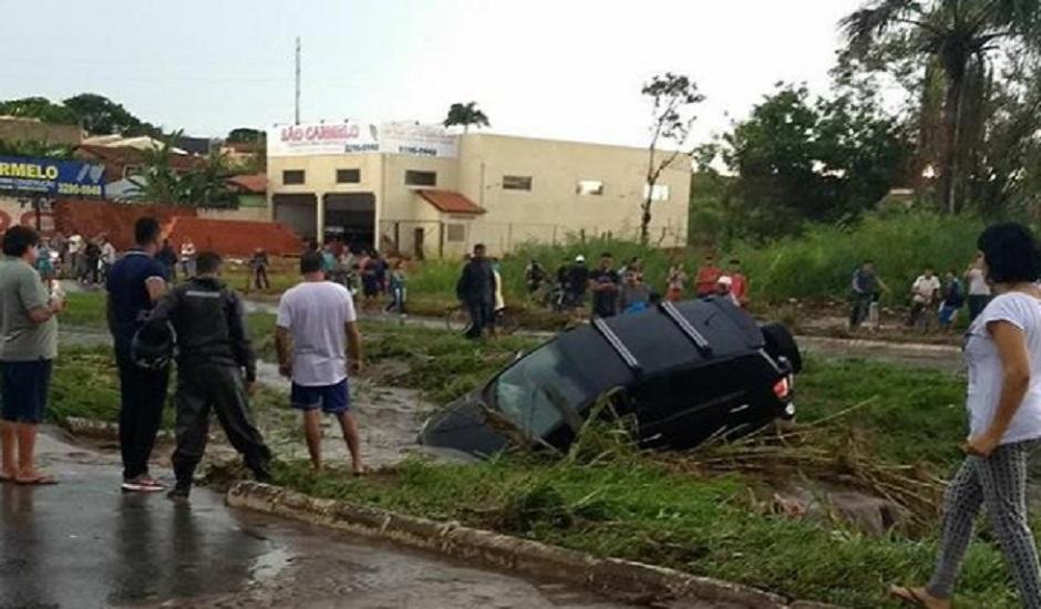 Vendaval deixa rastro de destruição em Goiânia