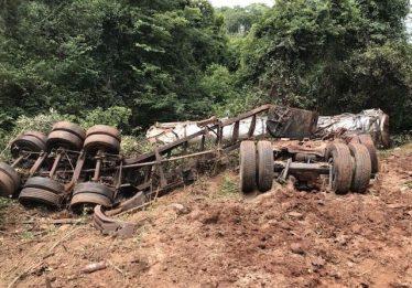 Caminhão capota na GO-164 e derrama sangue animal no Rio Vermelho, na Cidade de Goiás