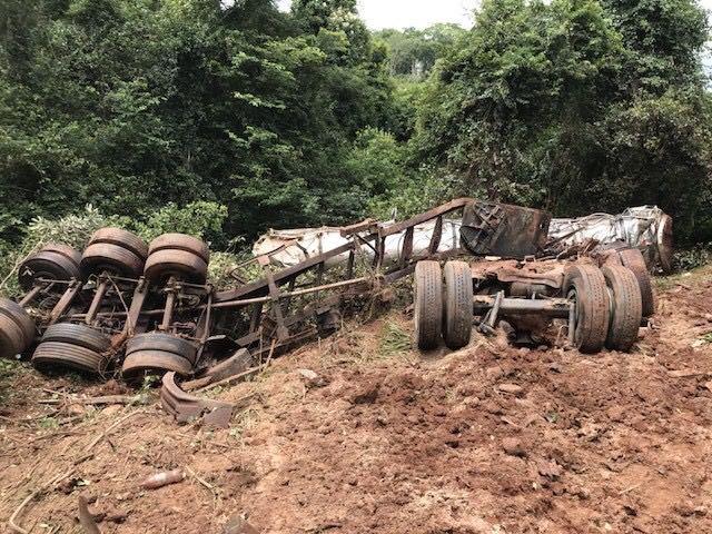 Caminhão tomba e sangue de gado escorre pelo Rio Vermelho, em Goiás