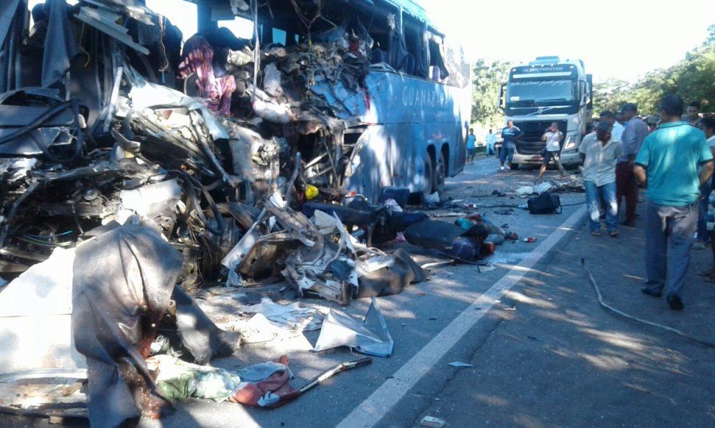 Seis pessoas morreram em um acidente envolvendo ônibus e carreta na BR-020, em Formosa