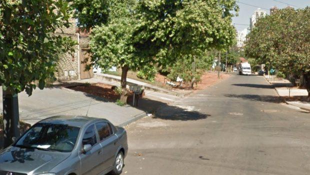 Policial procura por criminoso em cima de casa e telhado cai