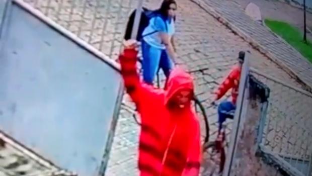 Adolescente é esfaqueado durante roubo em escola em Itaberaí; veja vídeo