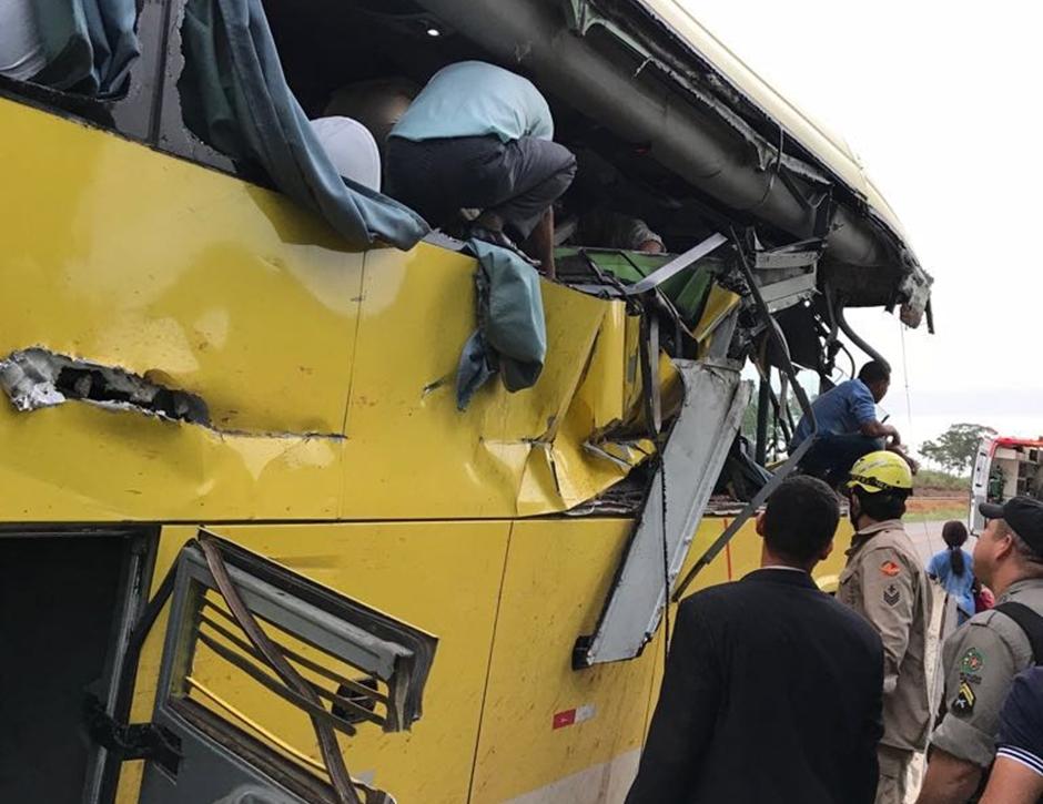 Acidente entre ônibus e caminhão deixa nove pessoas feridas na GO-080