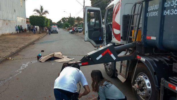 Motociclista morre após bater a cabeça em equipamento de caminhão, em Goiânia