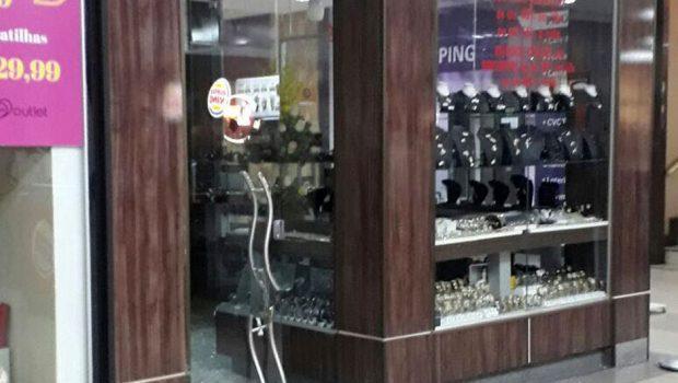 f22a4e28bb5 Trio armado arromba e rouba joalheria no Shopping Cidade Jardim em Goiânia.  Assalto