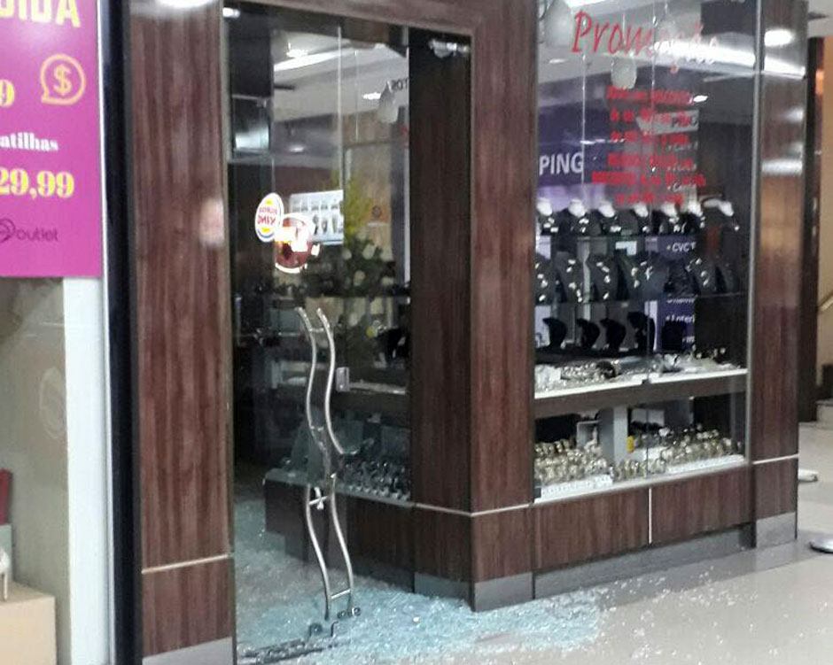 094abb7ae42 Trio armado arromba e rouba joalheria no Shopping Cidade Jardim em Goiânia