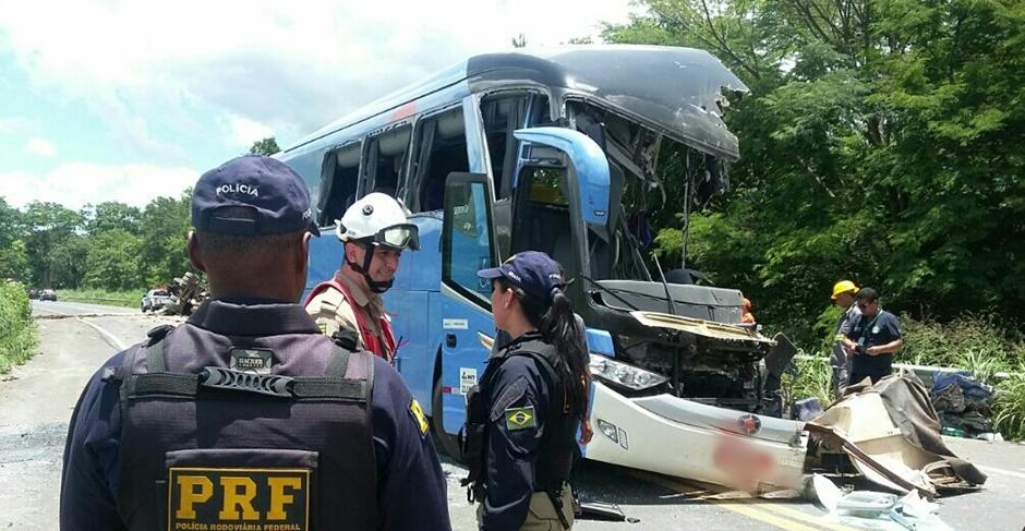 Sobe para sete o número de vítimas fatais do acidente entre carreta e ônibus na BR-020, em Formosa