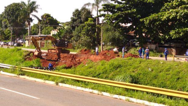 Parte do asfalto da Marginal Botafogo desaba após problema em adutora da Saneago