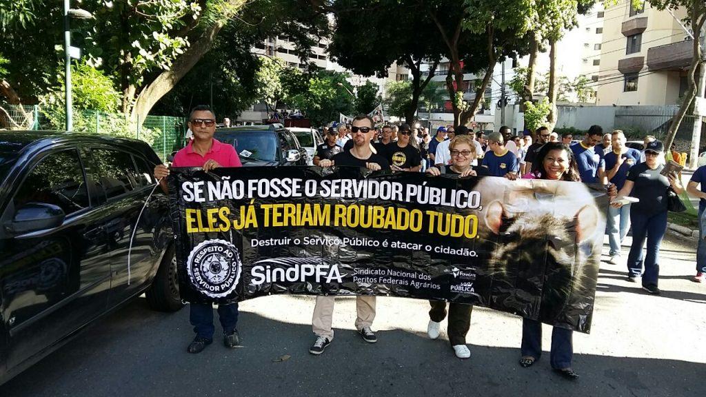 Trabalhadores federais protestam contra a reforma da Previdência, em Goiânia