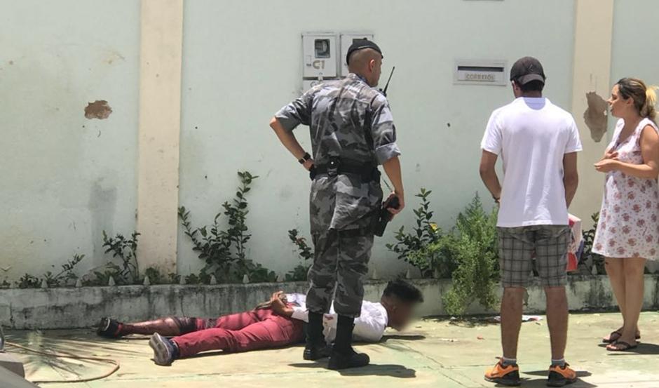 Homem esfaqueia idoso durante assalto e é detido por populares, no Parque Amazônia