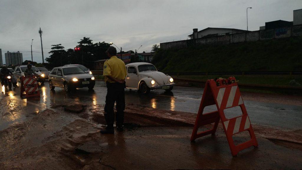 Marginal Botafogo fica parcialmente interditada após chuva que caiu nesta quarta-feira (21)