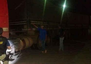 Caminhoneiro é preso por dirigir embriagado na BR-153, em Jaraguá