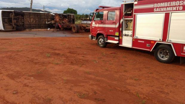 Quatro pessoas ficam feridas após acidente entre caminhão e ônibus, em Morrinhos
