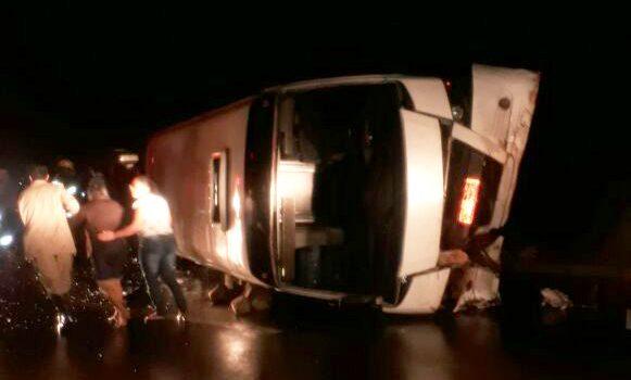 Ao menos duas pessoas morrem em acidente com micro-ônibus na GO-070, próximo ao trevo de Taquaral