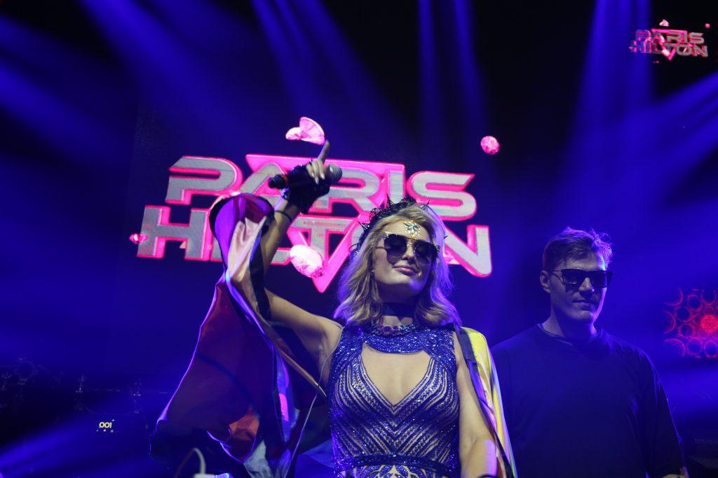 Ao lado do noivo, Paris Hilton se apresenta como DJ no Carnaval de Salvador