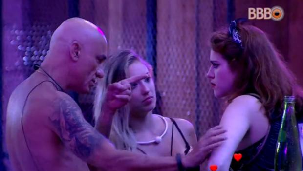 BBB 18: Ayrton discute com Ana Clara e ameaça sair do programa durante festa