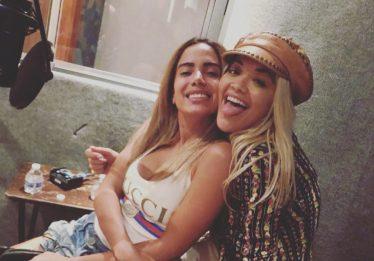 Parceria: Rita Ora posta foto com Anitta em estúdio de Miami