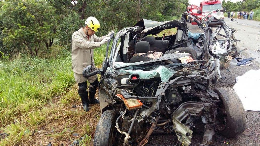 Condutor morre ao colidir com caminhão na BR-153, em Uruaçu