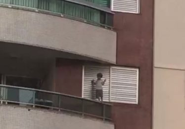 Criança é flagrada se agarrando à janela de apartamento do nono andar no Setor Bueno