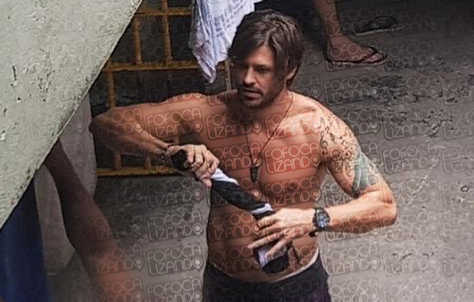 SBT divulga imagens de Dado Dolabella sem camisa e de chinelo na prisão